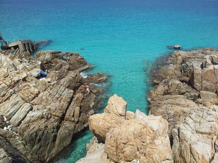 Pulau Perhentian Kincir Angin Viewpoint in between Rocks