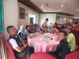 Copthorne Cameron Highlands Hotel Breakfast at Coffee Shop Restaurant Big Family Table