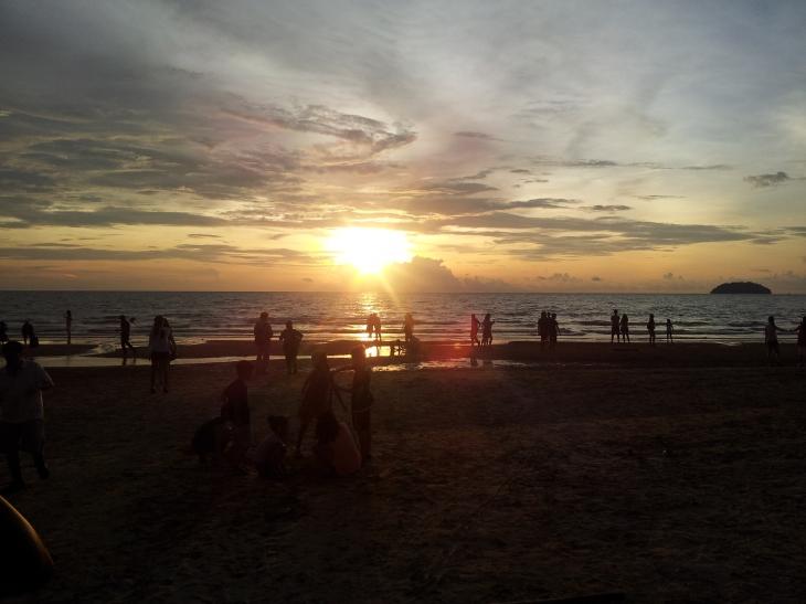 Lazy Day at Borneo BeacHouse & Tg. Aru Beach